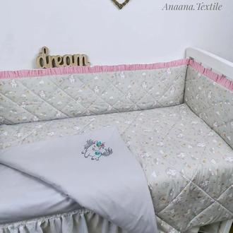 Комплект в кроватку с тонкими стегаными бортиками