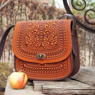 Большая кожаная сумка через плечо светлая с тиснением орнаментом этно бохо стиль
