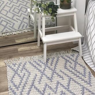 Вязаный прямоугольный коврик с узором и бахромой
