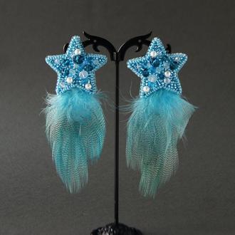 Голубые серьги-звёзды с перьями.