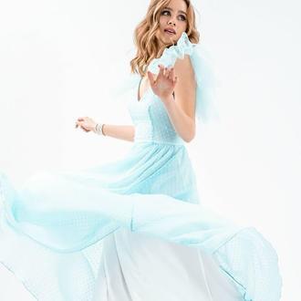 Вечернее платье голубого цвета, дополненное флоковым напылением в виде гороха