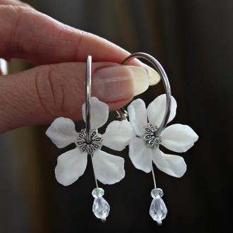 Серьги - кольца с цветами.