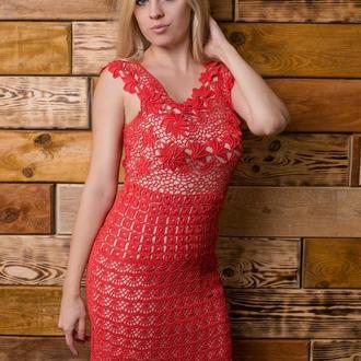 Красное вязаное платье с открытой спиной