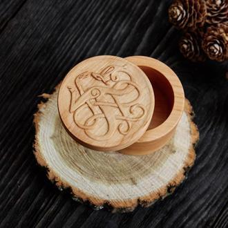 Деревянная резная шкатулка с кельтским оранментом