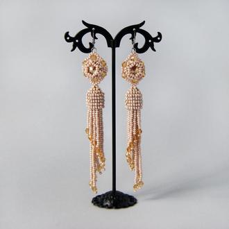 Бежевые серьги кисточки из бисера.