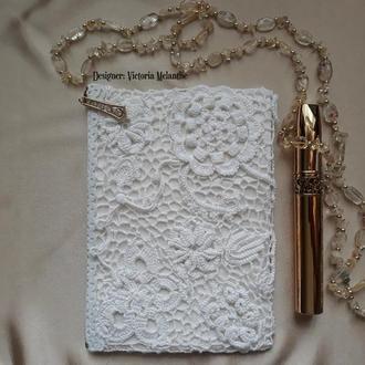 Белая косметичка крючком. Вязаный женский кошелек
