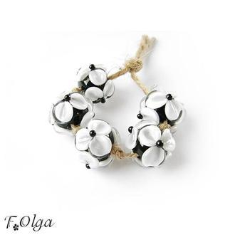 Бусины «Цветы белые на черном»