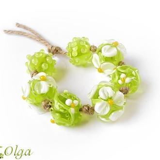 Бусины «Цветы белые на зеленом»