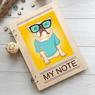 Яркий блокнот в деревянной обложке с изображением бульдога