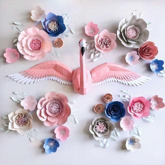 Фламинго с распахнутыми кральями