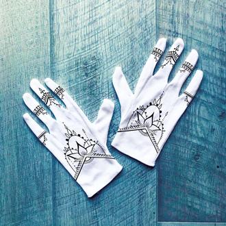 Белые перчатки с принтом мехенди