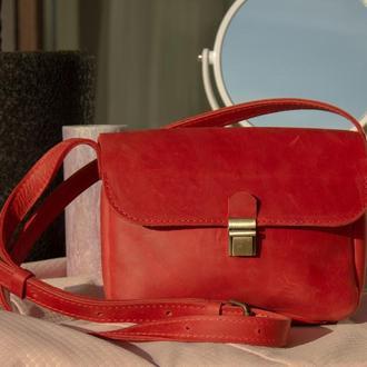 Маленькая кожаная сумка на длинной ручке красный