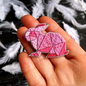Дизайнерская брошь розовый Кролик. Брошь геометрический Зайчик (любой цвет на заказ)