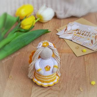 Ангел в бело-желтом платье