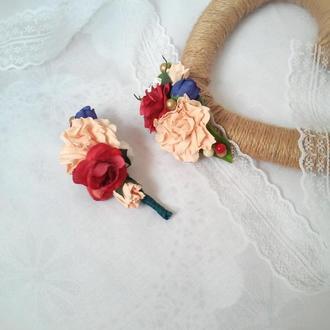 Свадебные бутоньерка на руку и бутоньерка для жениха в персиковых и красных оттенках