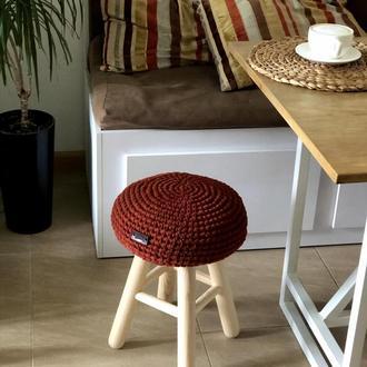 Деревянный табурет с вязаным сиденьем