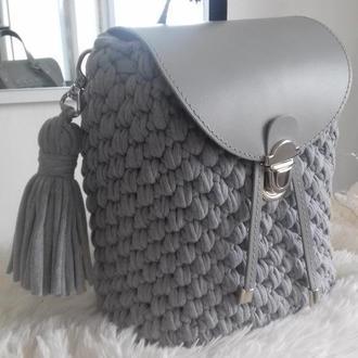 Рюкзак из трикотажной пряжи с кожаной фурнитурой