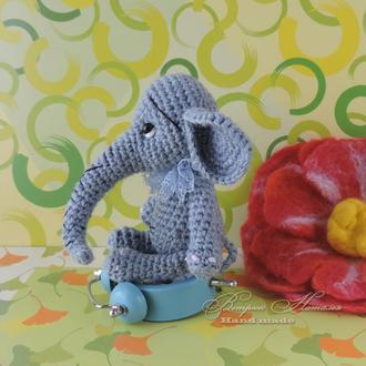 Серый слоник Кармашек вязаная игрушка