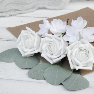 Шпильки с розами и маленькими белыми цветами в прическу