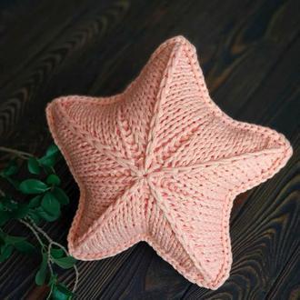 Сияющая вязаная подушка звезда