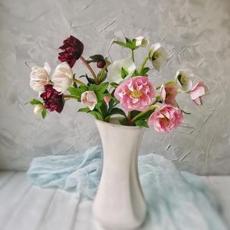 Интерьерный букет из цветов морозника