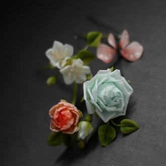 Пять шпилек с цветами и бабочкой.
