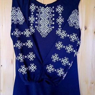 темно-синяя вышиванка с орнаментом