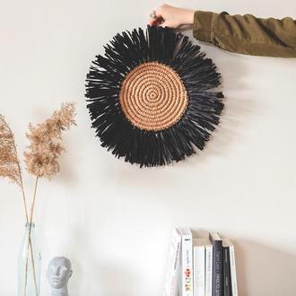 Круглое панно из рафии с бахромой черного цвета
