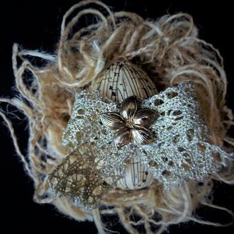 Декоративное яйцо в гнезде в викторианском стиле