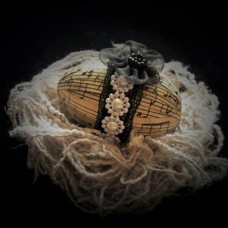Декоративное яйцо в гнезде