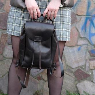 Женский кожаный рюкзак на затяжках с свободным клапаном цвет Черный