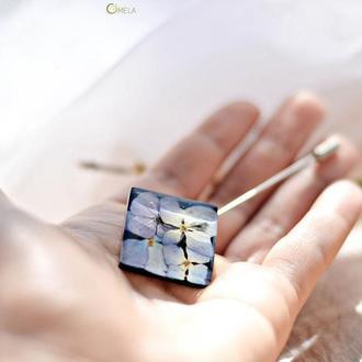 Квадратная брошь-игла с букетом голубой и лиловой гортензии
