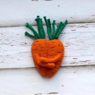 Любовь-морковь. Магнит на холодильник в технике сухого валяния.