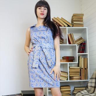 Платье серое в голубые цветы с поясом