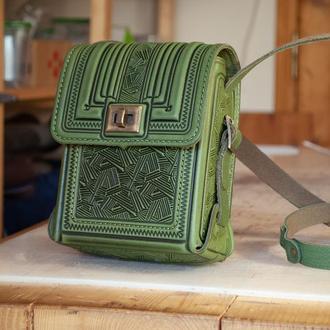 Маленькая сумочка через плечо оливковая с орнаментом тиснение