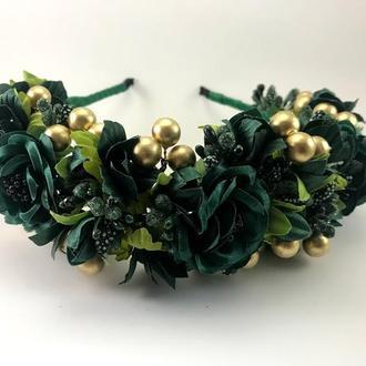 Венок с зелеными цветами и золотистыми бусинами