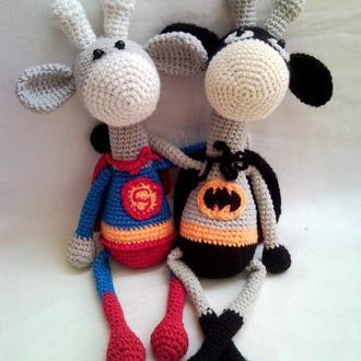 Вязанная игрушка. Жирафы-супергерои. Бетмэн. Супермэн.