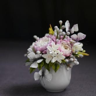 Подарочный молочник с цветами и бабочками.