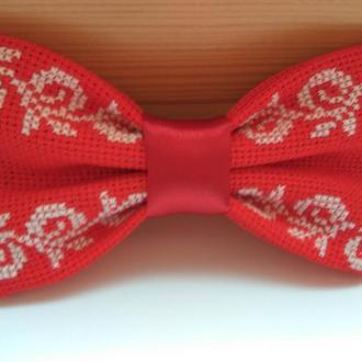 Галстук-бабочка красного цвета с этническим орнаментом