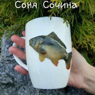 Подарок рыбаку Карп  на белой фарфоровой кружке