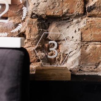 Акрилові номерки на столи на дерев'яній основі