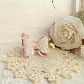 """Резинка для волос из эко-кожи""""Бантик-бабочка"""" цвет бело-розовый"""
