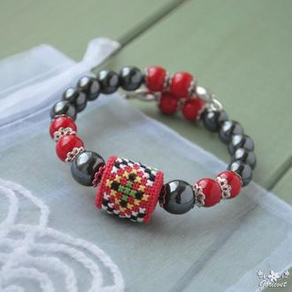 Браслет в этно стиле с гематитом, кораллом и ручной вышивкой крестиком, на проволоке с памятью