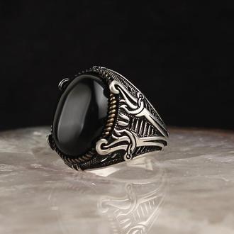 Серебряное Мужское Кольцо с натуральным камнем Оникс и гравировкой двух мечей