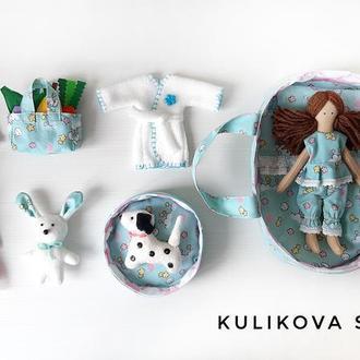 Кукла с одежками в переноске с собачкой