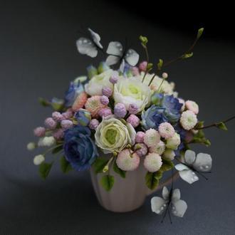 Подарочная чашка с цветами и бабочками.