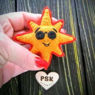 Мягкая вязаная брошь солнце малое PSK в'язана гачком авторська прикраса сонечко смайл посміхайлик
