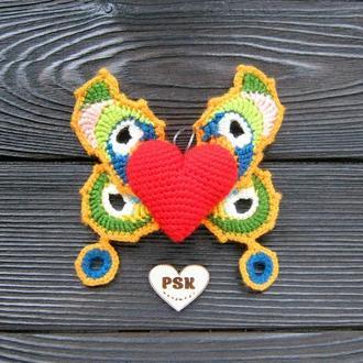 Вязанная крючком брошка крылатое сердце с крыльями бабочки. Амигуруми украшение одежды, интерьера