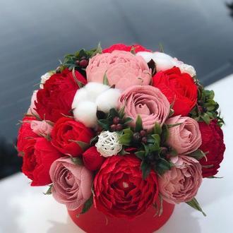 Букет с конфет, красные цветы розы на праздник