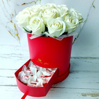 Букет из белых мыльных роз и конфетами Раффаэлло. Букет из мыла. Подарок на День рождения